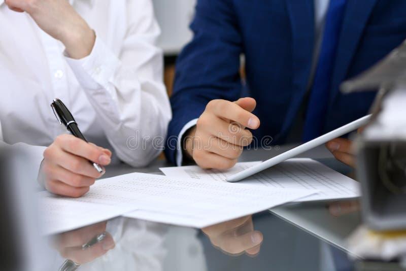 Les comptables team ou les inspecteurs financiers rédigeant le rapport, calculant et vérifiant l'équilibre Documen financiers de  photographie stock