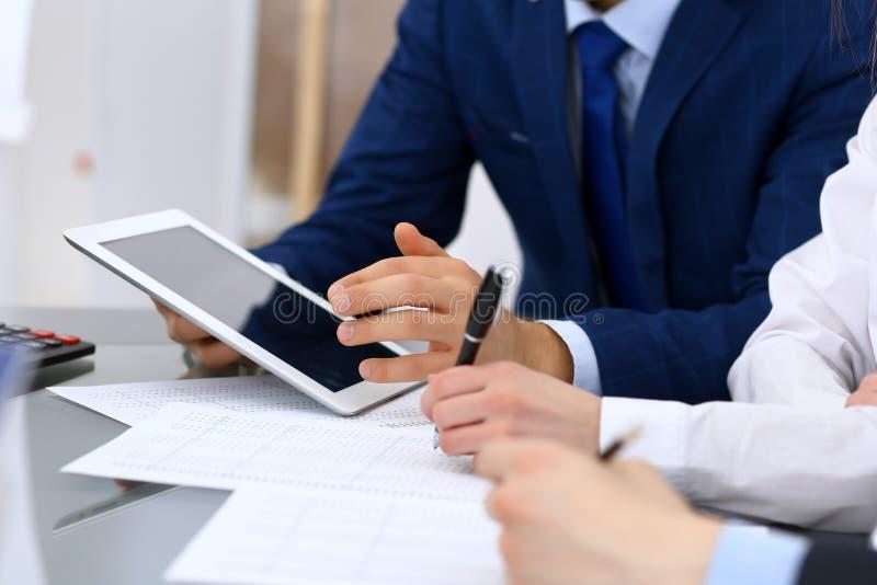 Les comptables team ou les inspecteurs financiers rédigeant le rapport, calculant et vérifiant l'équilibre Documen financiers de  photographie stock libre de droits