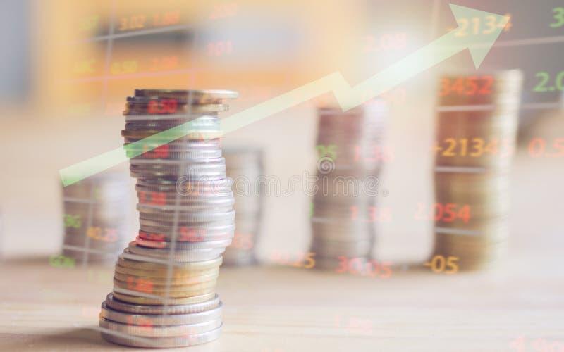 Les comptes et les pièces de monnaie sur la table avec le foyer de foyer de coucher du soleil photographie stock