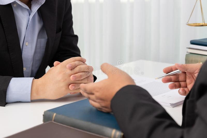 Les concepts de la loi, avocat donnent l'avis juridique à l'homme d'affaires au sujet du cas dans le bureau photos libres de droits