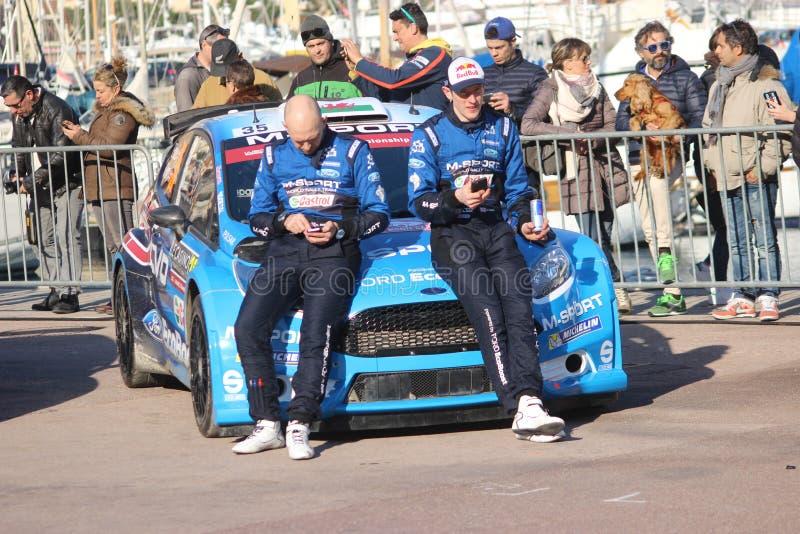 Les conducteurs se reposent sur le capot de Ford Fiesta RS WRC2 - lundi photo stock