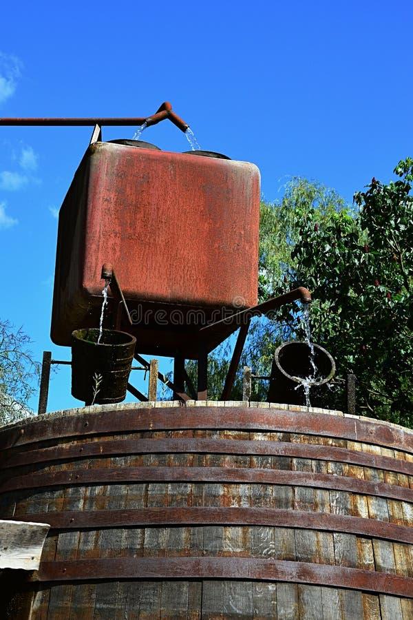 Les conduites d'eau rouillées, ajustent rouillé formé traversent le mécanisme d'alimentation en eau de réservoir d'eau et avec de photographie stock