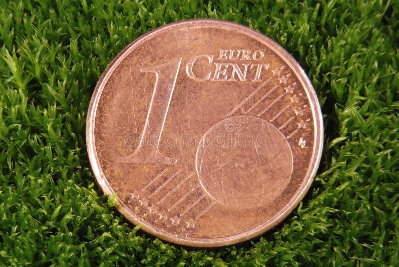 Les configurations perdues de pièce de monnaie sur une mousse photographie stock