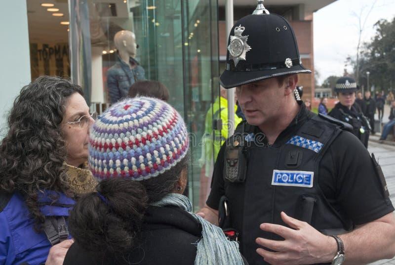 Les confonts deux de policiers occupent Exeter photographie stock libre de droits