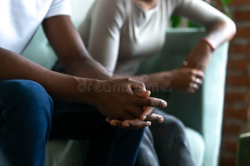 Les conjoints noirs de couples mariés se sont disputés étroitement vers le haut des mains masculines photographie stock libre de droits