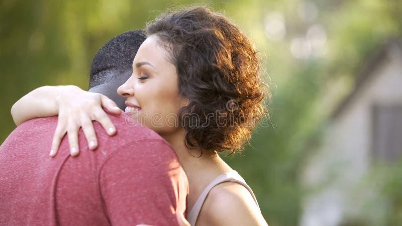 Les conjoints positifs et gais s'embrassent dans les caresses chaudes et tendres photo stock