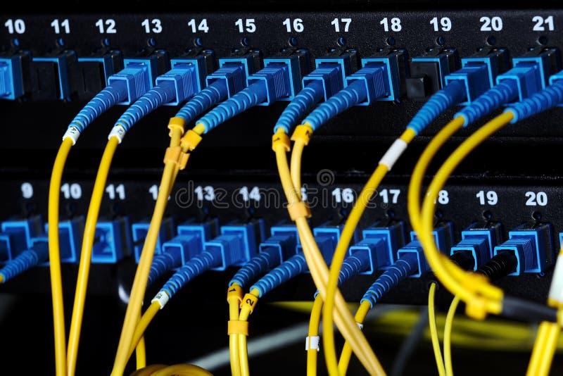 Les connecteurs optiques bleus branchent le tableau de connexions photos libres de droits