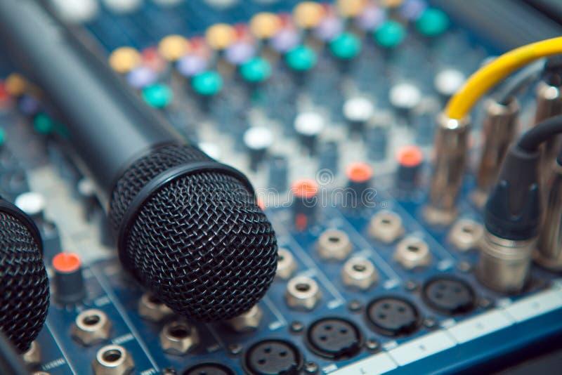 Les connecteurs sont branchés au mélangeur audio photographie stock