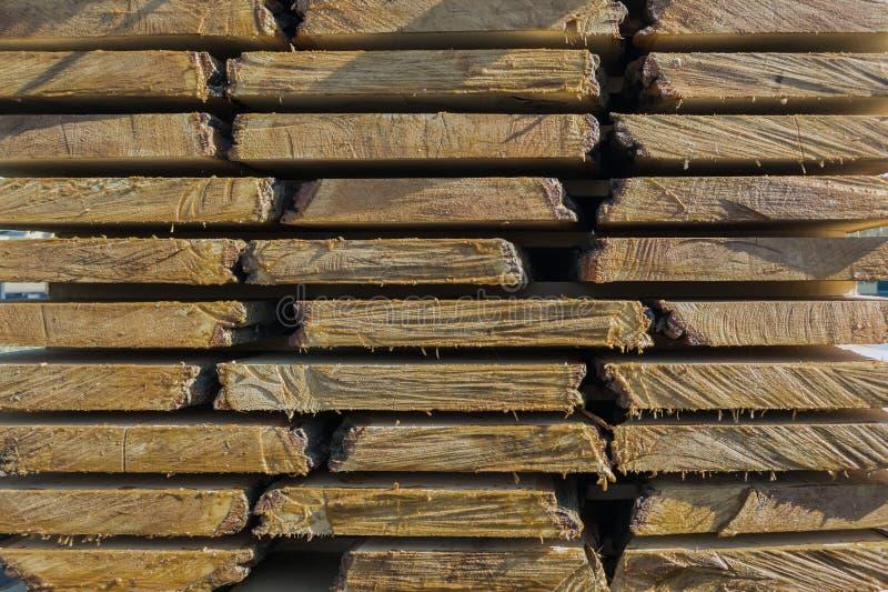 Les conseils crus pliés dans l'industrie de travail du bois, préparent pour charger sur des véhicules photo libre de droits