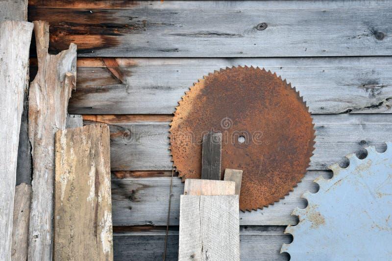 Les conseils en bois âgés avec rond scie des lames images stock