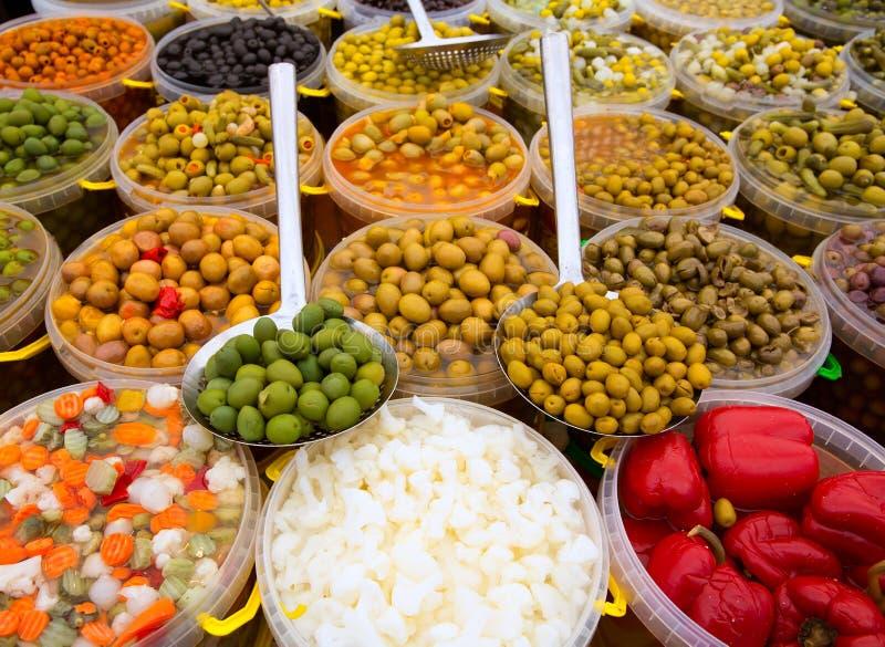 Les conserves au vinaigre ont varié le cornichon de piment de lupins de carotte d'oignon d'olives photo stock