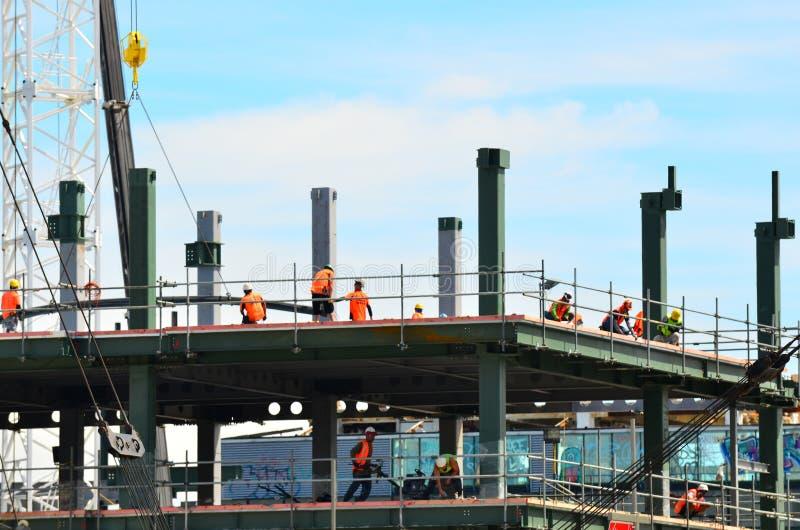 Les constructeurs construit un nouveau bâtiment à Christchurch Nouvelle-Zélande image libre de droits
