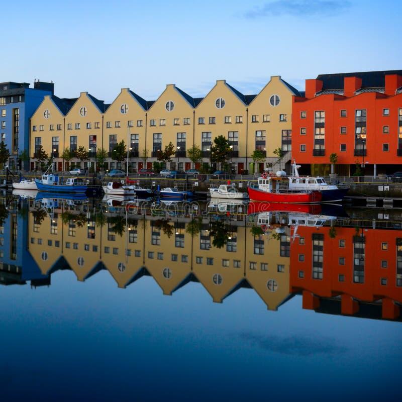 Les constructions et les bateaux se sont reflétés dans l'eau photos stock