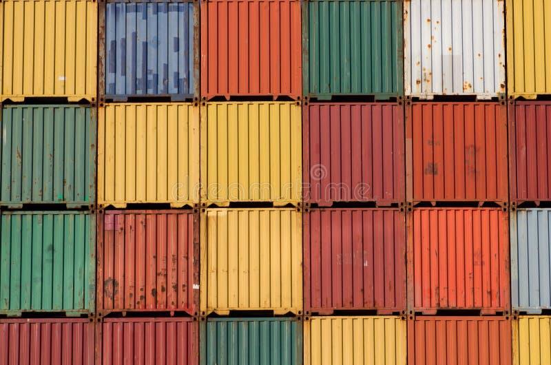 Les conteneurs de cargaison colorés de bateau ont empilé vers le haut. photos stock