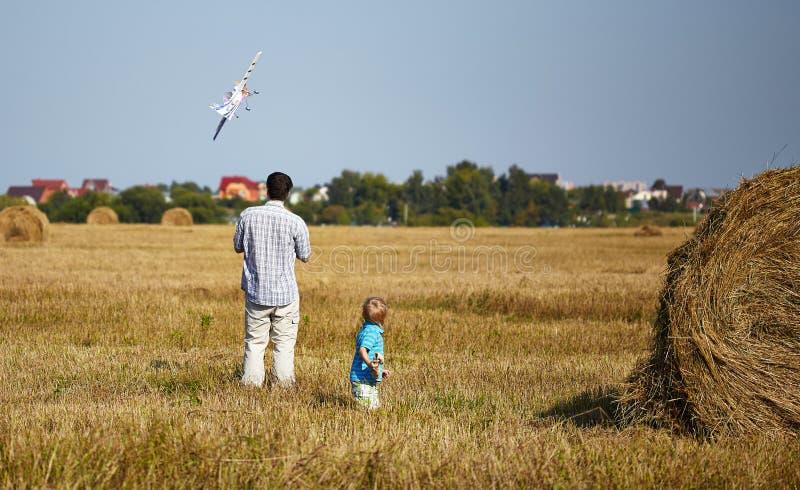 Les contrôles RC de père et de fils surfacent dans le ciel images libres de droits