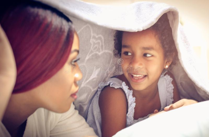 Les conversations sont très importantes pour élever un enfant photographie stock
