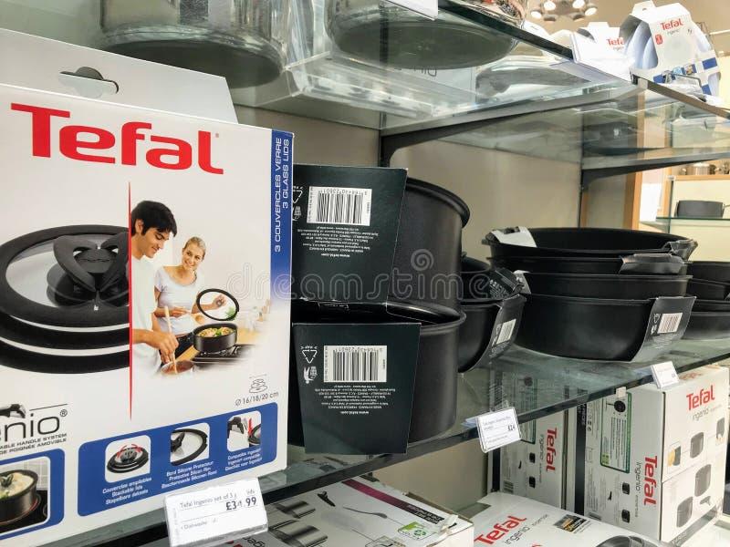 Les cookwares de Tefal ont montré dans un magasin photographie stock libre de droits