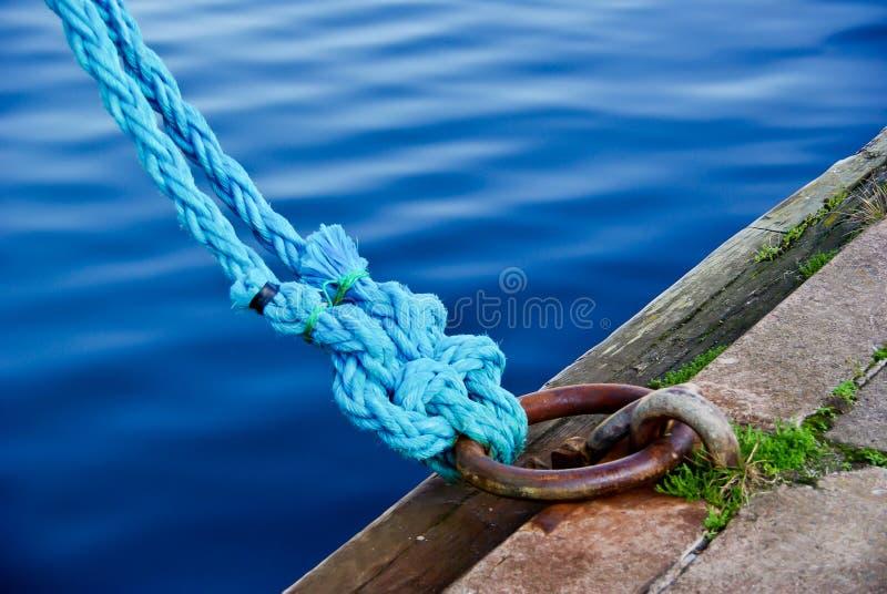 Les cordes bleues ont roulé à bord dans la commande photographie stock