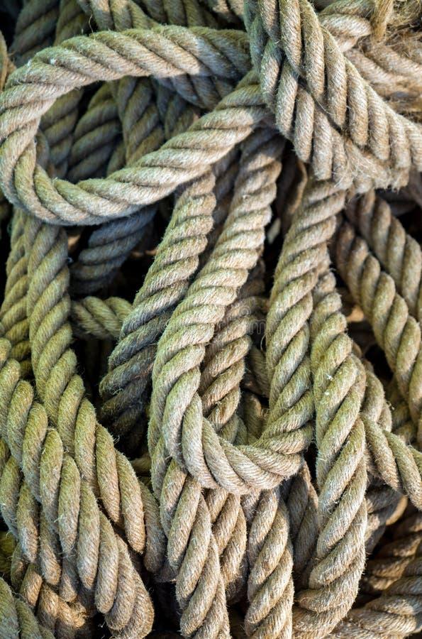 Les cordes de bateau amassent Pile de diverses cordes et ficelles photographie stock libre de droits