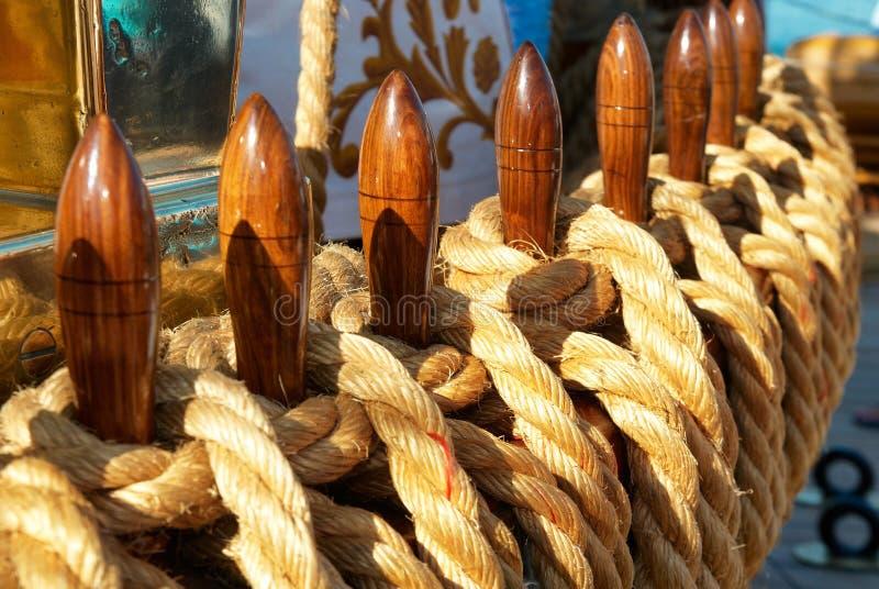 Les cordes et les palans du yacht image libre de droits