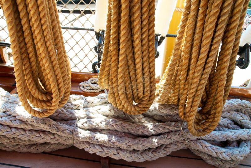 Les cordes et les palans du yacht photos stock