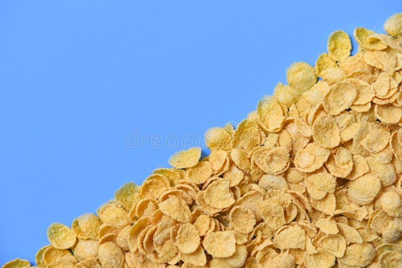Les cornflakes donnent une consistance rugueuse sur la céréale bleue de cornflake de petit déjeuner de vue supérieure de fond photographie stock