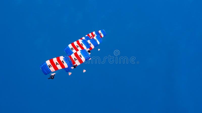 LES CORNOUAILLES, ANGLETERRE, R-U - JUIN 10,2016 : RAF Falcons Parachute Team chez les Cornouailles royales photographie stock