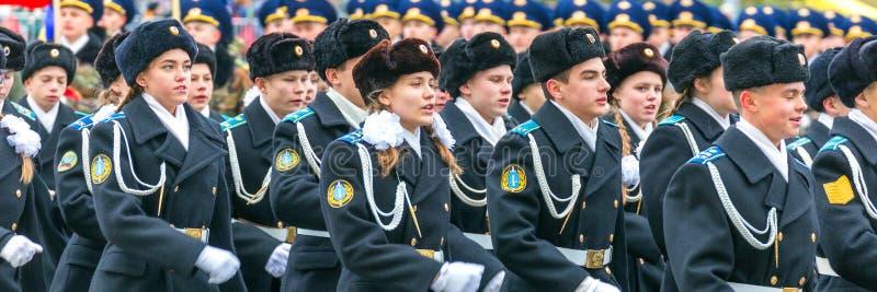 Les corps de cadet du ministère des affaires intérieures marchent à travers la place image stock