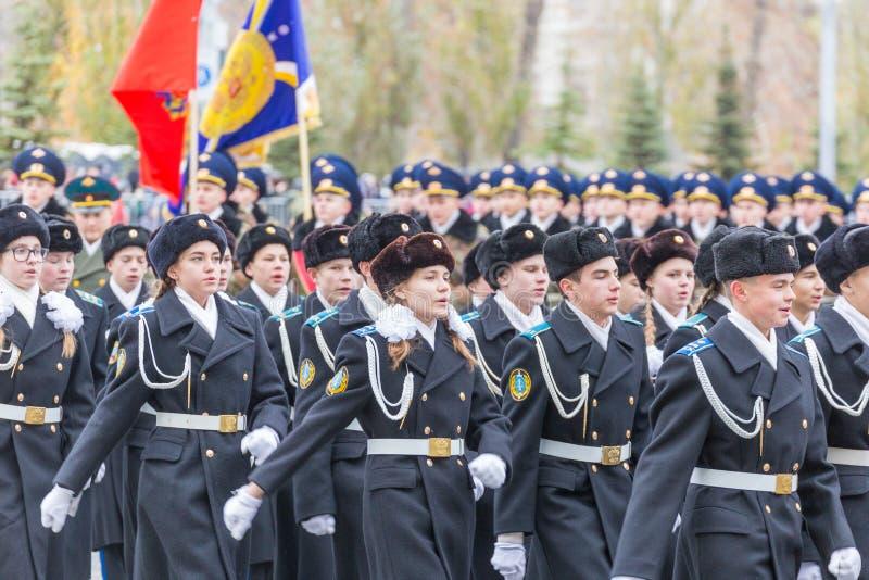 Les corps de cadet du ministère des affaires intérieures marchent à travers la place photos libres de droits