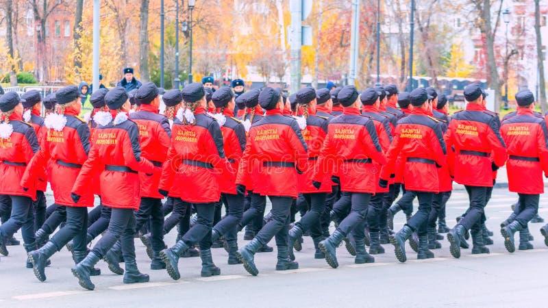 les corps de cadet de la Mordovie EMERCOM des marches de la Russie par la place Texte dans le Russe : Cadets de la Mordovie photos stock