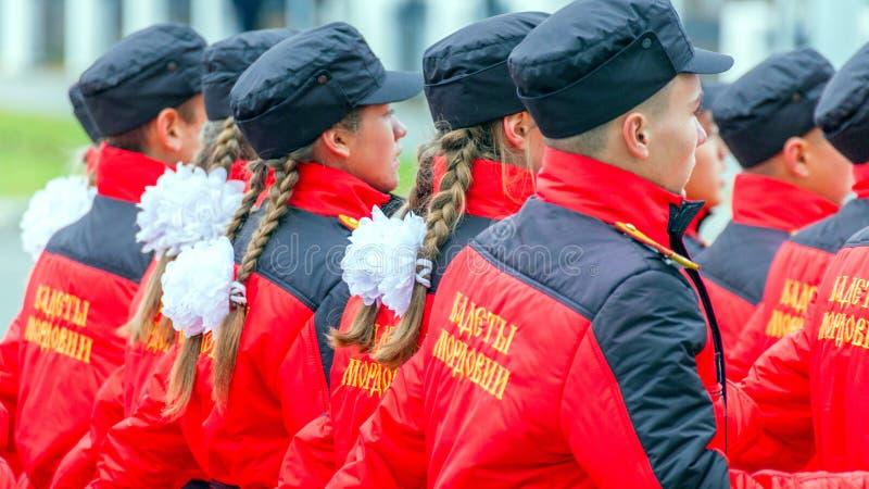 les corps de cadet de la Mordovie EMERCOM des marches de la Russie par la place Texte dans le Russe : Cadets de la Mordovie photographie stock libre de droits