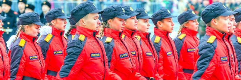 Les corps de cadet de la Mordovie EMERCOM de la Russie marchant dans la place Texte dans le Russe : Salle de conférence EMERCOM d photographie stock libre de droits