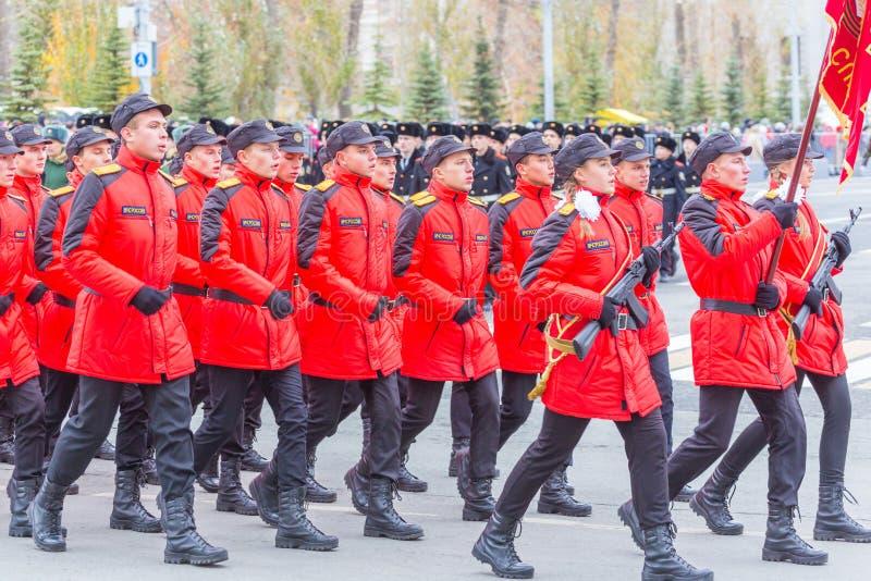 Les corps de cadet de la Mordovie EMERCOM de la Russie marchant dans la place Texte dans le Russe : Salle de conférence EMERCOM d photos libres de droits