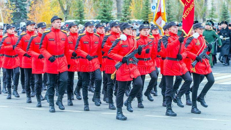 les corps de cadet de la Mordovie EMERCOM de la Russie marchant dans la place Texte dans le Russe : Salle de conférence EMERCOM d image stock