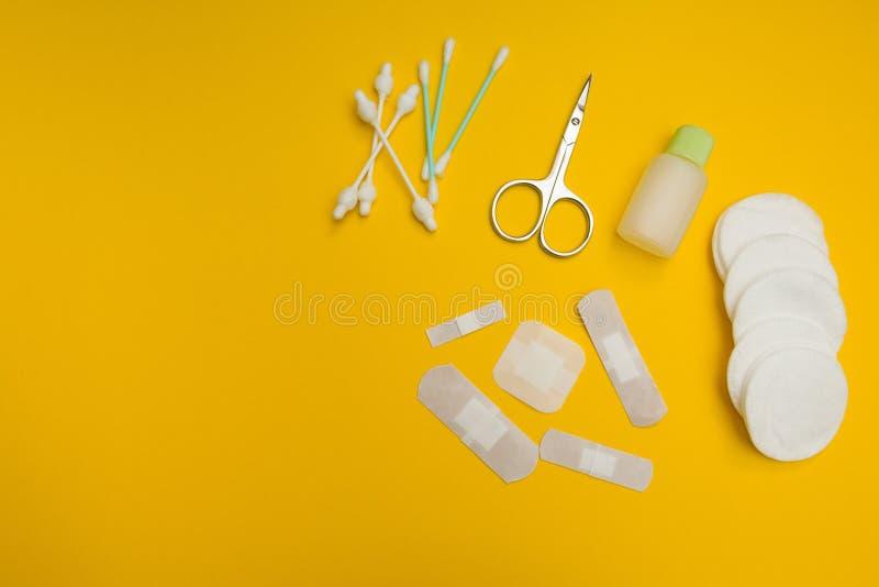 Les corrections de différentes tailles et formes et laine pour le traitement des blessures sur un fond jaune images libres de droits