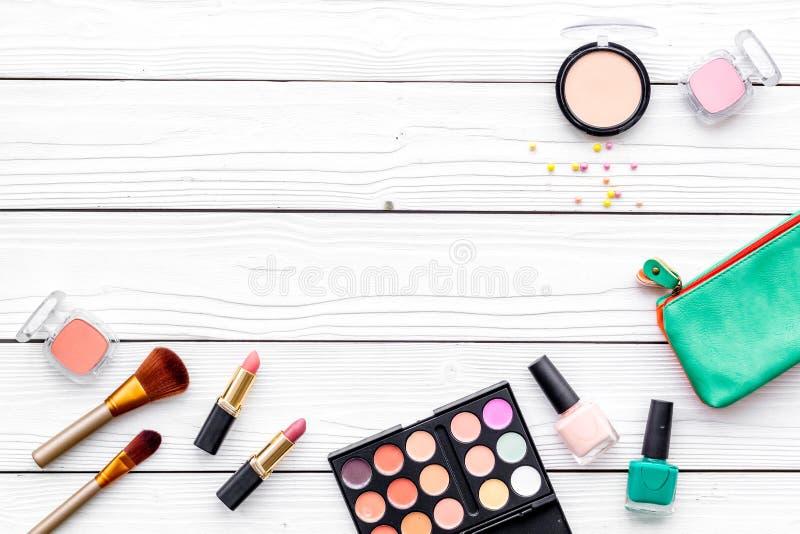 Les cosmétiques décoratifs pour composent sur la maquette blanche de vue supérieure de fond de bureau image stock