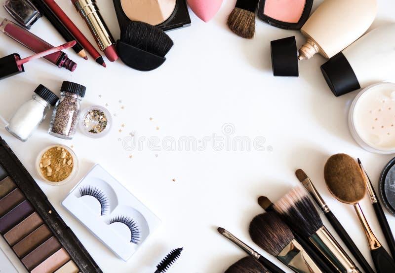 Les cosmétiques décoratifs pour la nudité composent Fards à paupières, base, rouge à lèvres, mascara sur la vue supérieure de fon photo stock