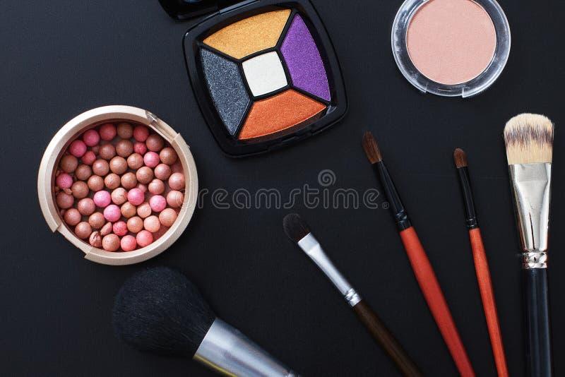 Les cosmétiques et composent des produits sur le fond noir Copiez l'espace et raillez  Mode d'été images stock