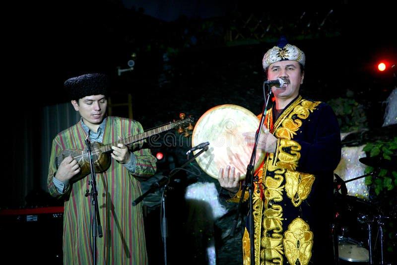 Les costumes turkmènes des hommes orientaux nationaux du Turkménistan de groupe de musique folk jouant la musique folk sur les in images stock