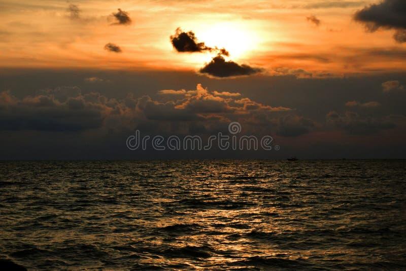 Les couchers du soleil d'or regardent le meilleur quand vous pouvez le savourer dans le silence photographie stock libre de droits