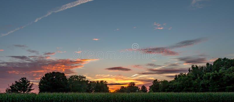 Les couchers du soleil de pays sont des oeuvres d'art image libre de droits