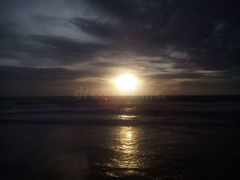 Les couchers du soleil sont preuve que n'importe ce que se produit, chaque peut finir admirablement photographie stock