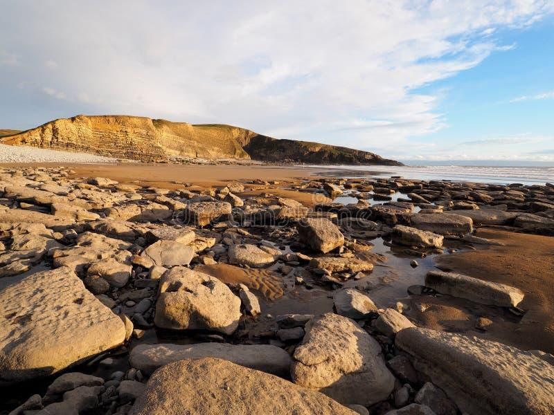 Les couches carbonifères de falaises de chaux et de schiste chez Dunraven aboient, Vale de Glamorgan, sud du pays de Galles photo libre de droits