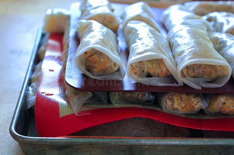 Les couches de gluten libèrent des petits pains de ressort faits à la maison image stock