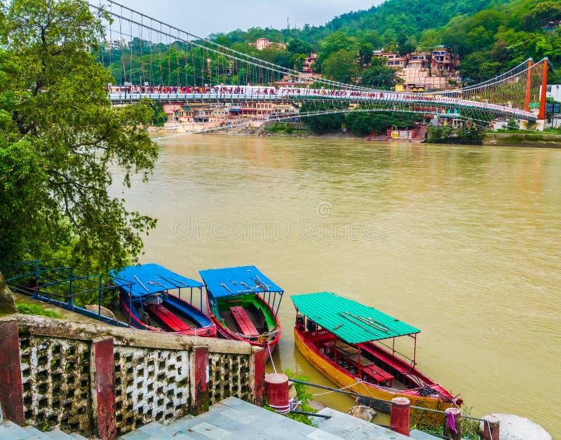 Les coulées de la rivière Ganga jettent l'Himalaya à Rishikesh, Inde photographie stock libre de droits