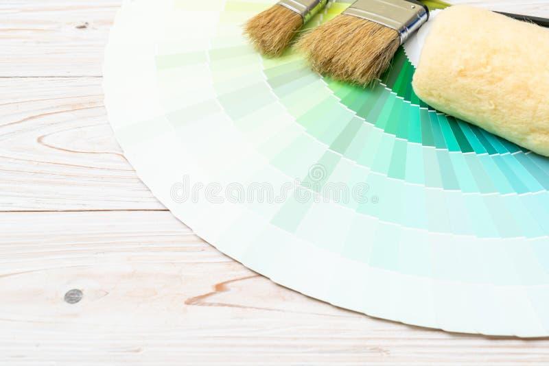 les couleurs d'échantillon cataloguent le pantone ou les échantillons de couleur réservent photographie stock libre de droits