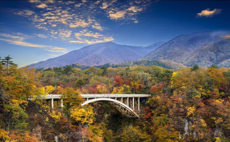 Les couleurs d'automne de Naruko se gorgent au Japon et le bleu et le nuage gentils b photographie stock