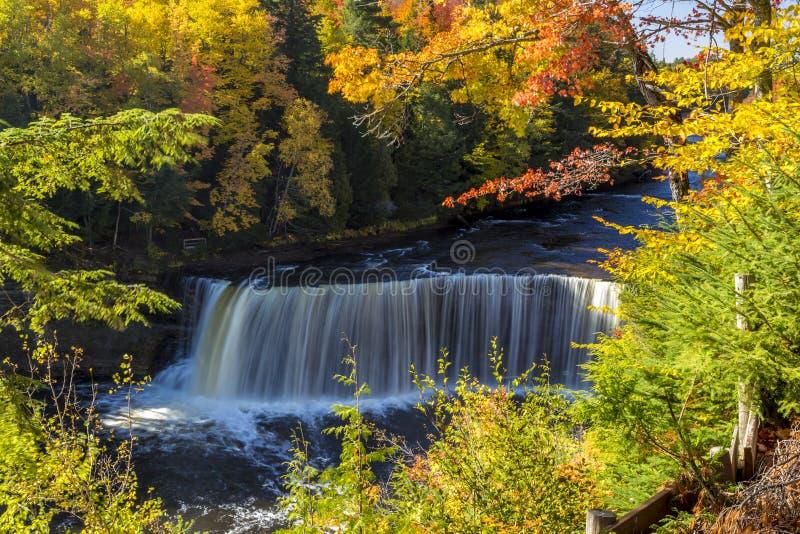 Les couleurs de chute chez Tahquamenon tombe au Michigan photos stock