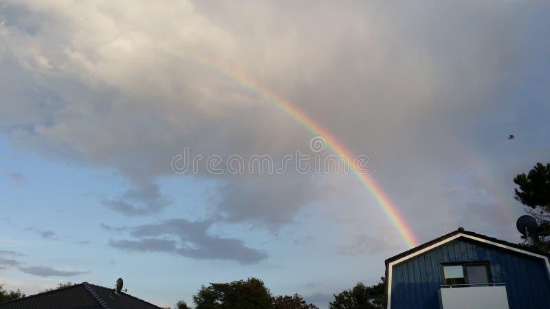 Les couleurs de l'arc-en-ciel dans un ciel foncé photos stock