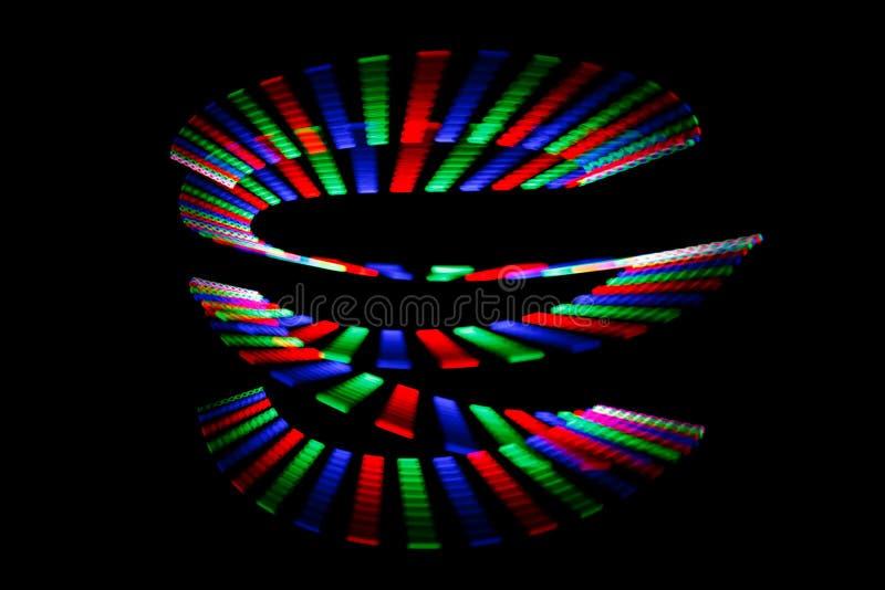 Les couleurs lumineuses de l'arc-en-ciel traînent sous la forme de la spirale photos libres de droits